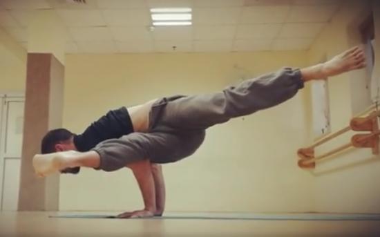 יונתן גרוסמן - שיווי משקל על הידיים